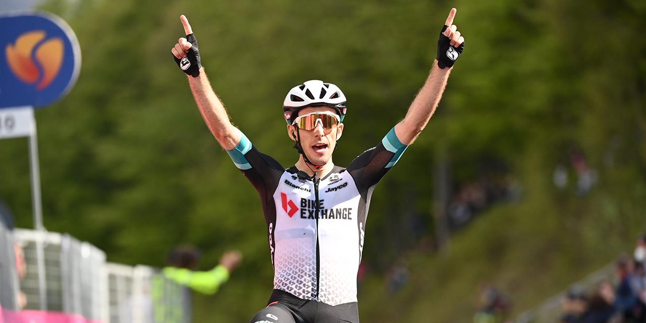 Simon Yates (Team BikeExchange) ha vinto la tappa 19 del centoquattresimo Giro d'Italia, la Abbiategrasso - Alpe di Mera (Valsesia), di 166 km.